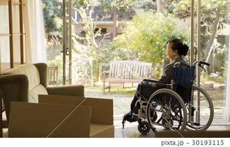 シニア 女性 車椅子の写真素材 [30193115] - PIXTA