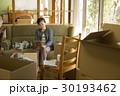 引っ越し作業 写真を見るシニア女性  30193462