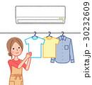エアコンを使って部屋干しする女性 30232609