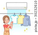エアコンを使って部屋干しする女性 30232610