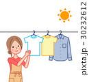 洗濯物を干す女性 30232612