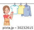 洗濯物を干す女性 30232615