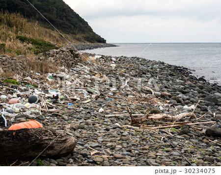 ごみが漂着した海岸 - 山口県下関市 30234075