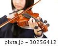 楽器の演奏をする女子学生 30256412