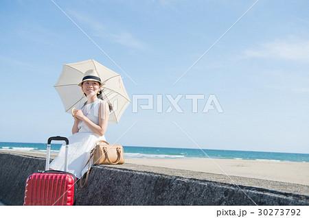 海辺で日傘を差す若い女性 30273792