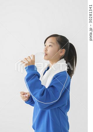 体操着で水分補給する女子中学生 30281341