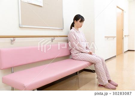 入院 若い女性 30283087