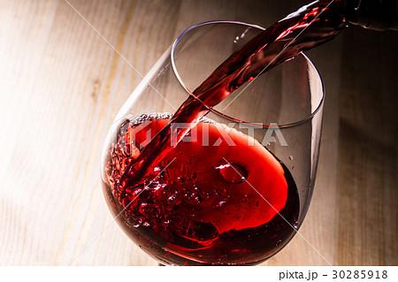 赤ワインを注ぐ 30285918
