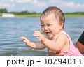 川で遊ぶ赤ちゃん 30294013