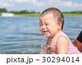 川で遊ぶ赤ちゃん 30294014