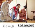 茶の湯を見学する外国人観光客 30309895