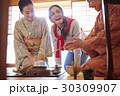 茶の湯を見学する外国人観光客 30309907