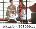 茶の湯を見学する外国人観光客 30309911