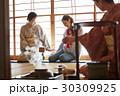 茶の湯を見学する外国人観光客 30309925