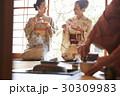 茶道を体験する外国人観光客 30309983