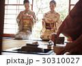 茶道を体験する外国人観光客 30310027