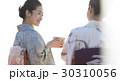 お茶を愉しむ日本人女性と外国人女性 30310056