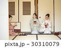茶道を体験する外国人観光客 30310079