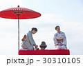 野点を愉しむ日本人女性と外国人女性 30310105