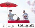 お茶を愉しむ日本人女性と外国人女性 30310163