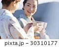 野点を愉しむ日本人女性と外国人女性 30310177