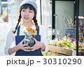 花屋にいる女性 花 香り 30310290