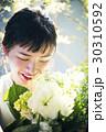 花と笑顔の女性 ポートレート 30310592