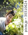 花と笑顔の女性 ポートレート 30310624
