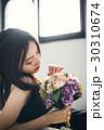 バラのブーケを持つ女性 ポートレート 30310674