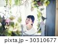花と笑顔の女性 ポートレート 30310677