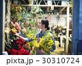 花屋で働く女性 30310724