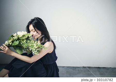 ブーケを持つ女性 ポートレート 30310782