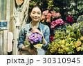 花屋で働く女性 30310945