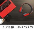 メタリックレッドのヘッドフォンとノートパソコン 30375379
