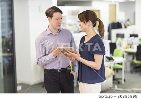 外国人と会話する女性 30385899