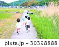 田舎道を走る子供達 30398888