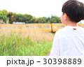 電車を眺める子供 30398889