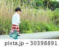 昆虫採集をする男の子 30398891