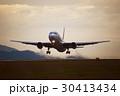 離陸する旅客機 夕暮れ 30413434