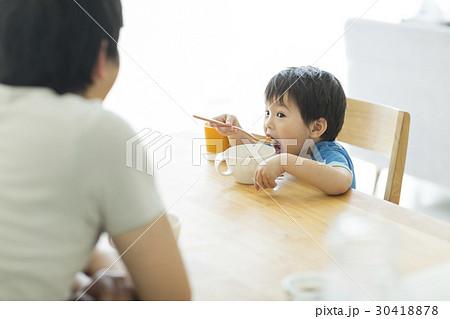 男の子 朝食 30418878