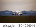 着陸する飛行機 夕暮れ 30429644