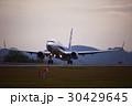 離陸する飛行機 夕暮れ 30429645