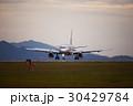 着陸する飛行機 夕暮れ 30429784