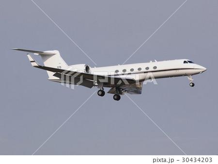 飛行するアメリカ海軍のC-37輸送機 30434203