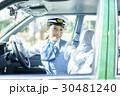 タクシー 女性ドライバー 笑顔 ポートレート 30481240