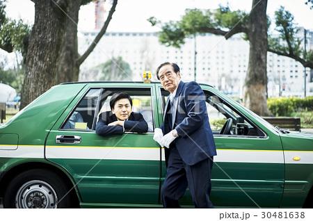 タクシー 新人とベテランドライバー 30481638