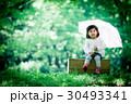 傘 女の子 新緑の写真 30493341