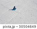 スキー場でそり遊びをする子供 30504649