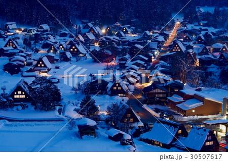 冬の夜の白川郷遠景 30507617