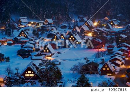 冬の夜の白川郷遠景 30507618